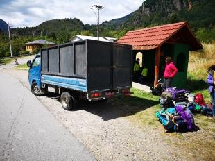 notre camionnette nous dépose