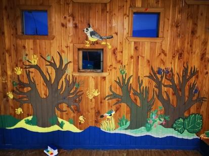 Cour de récréation des maternelles avec fresque